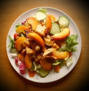 >Salade de poulet aux pêches